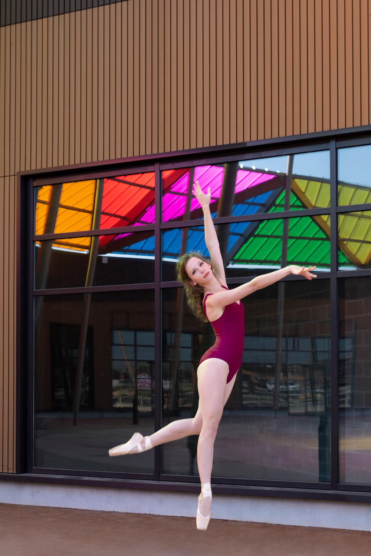 Saut danseuse classique en ville couleurs