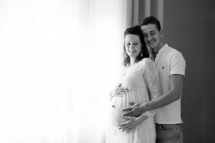 Séance photo en intérieur femme et homme grossesse