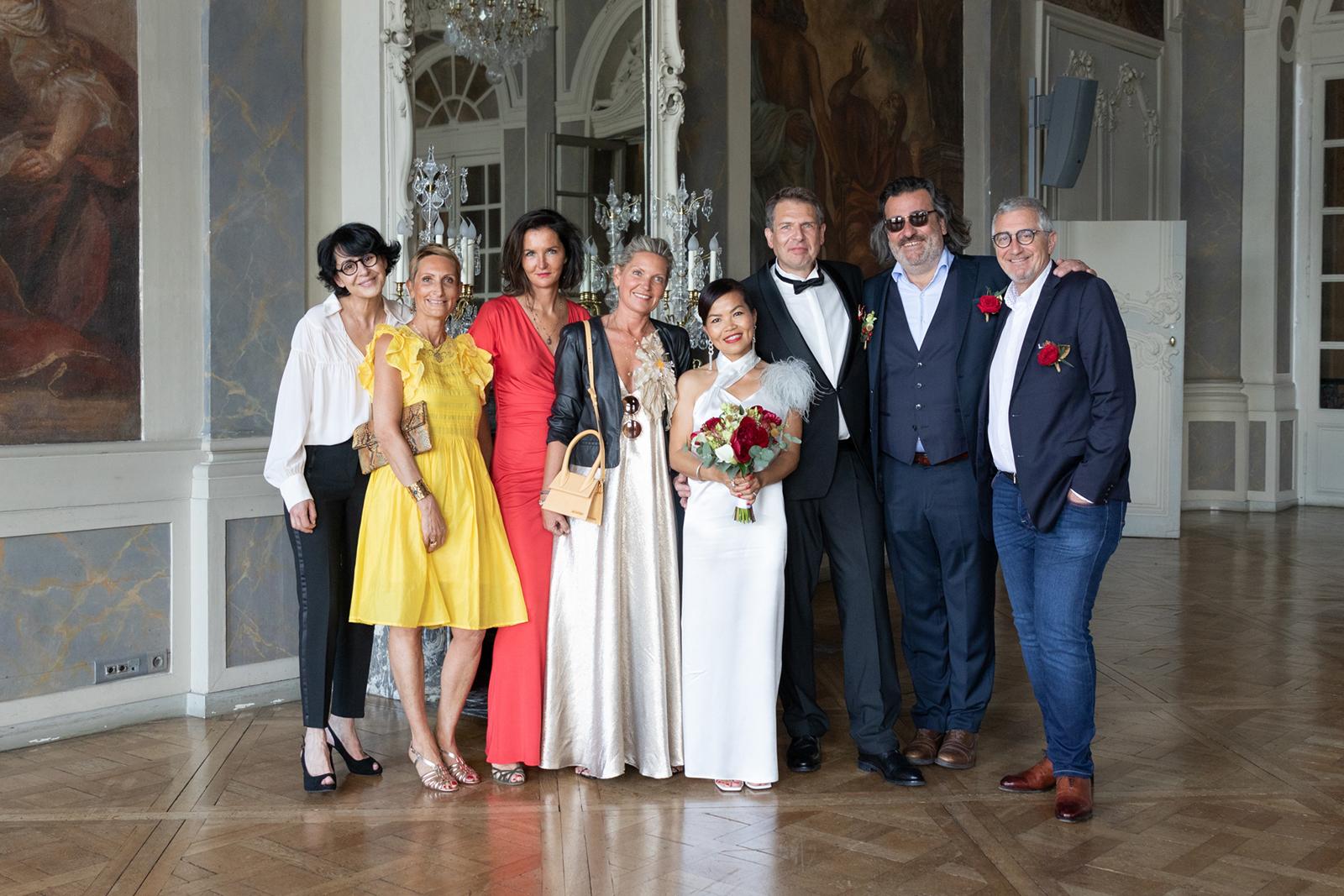 Photo de groupe à la mairie de Nancy mariage
