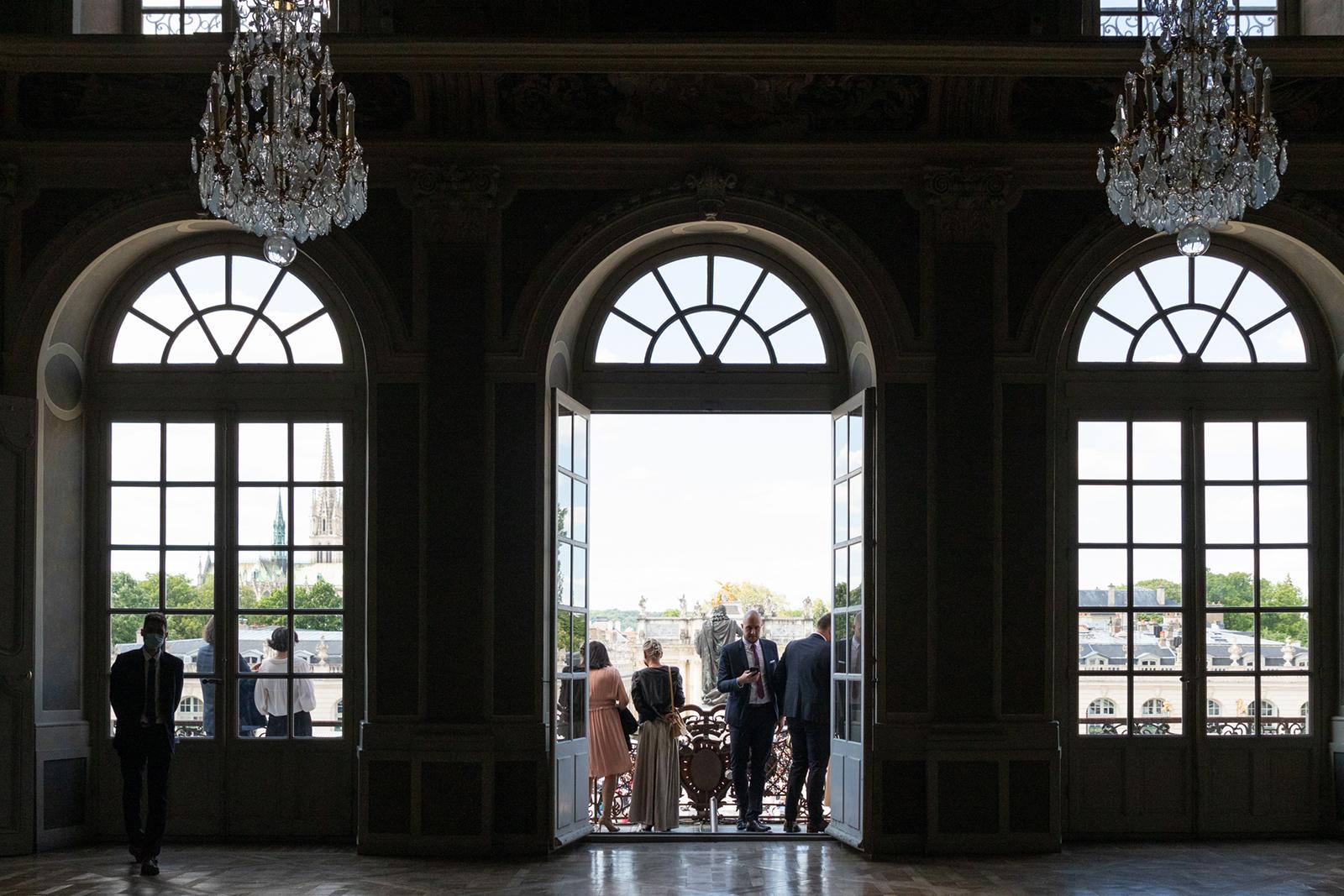 Mariage les balcons de la mairie de Nancy place Stanislas