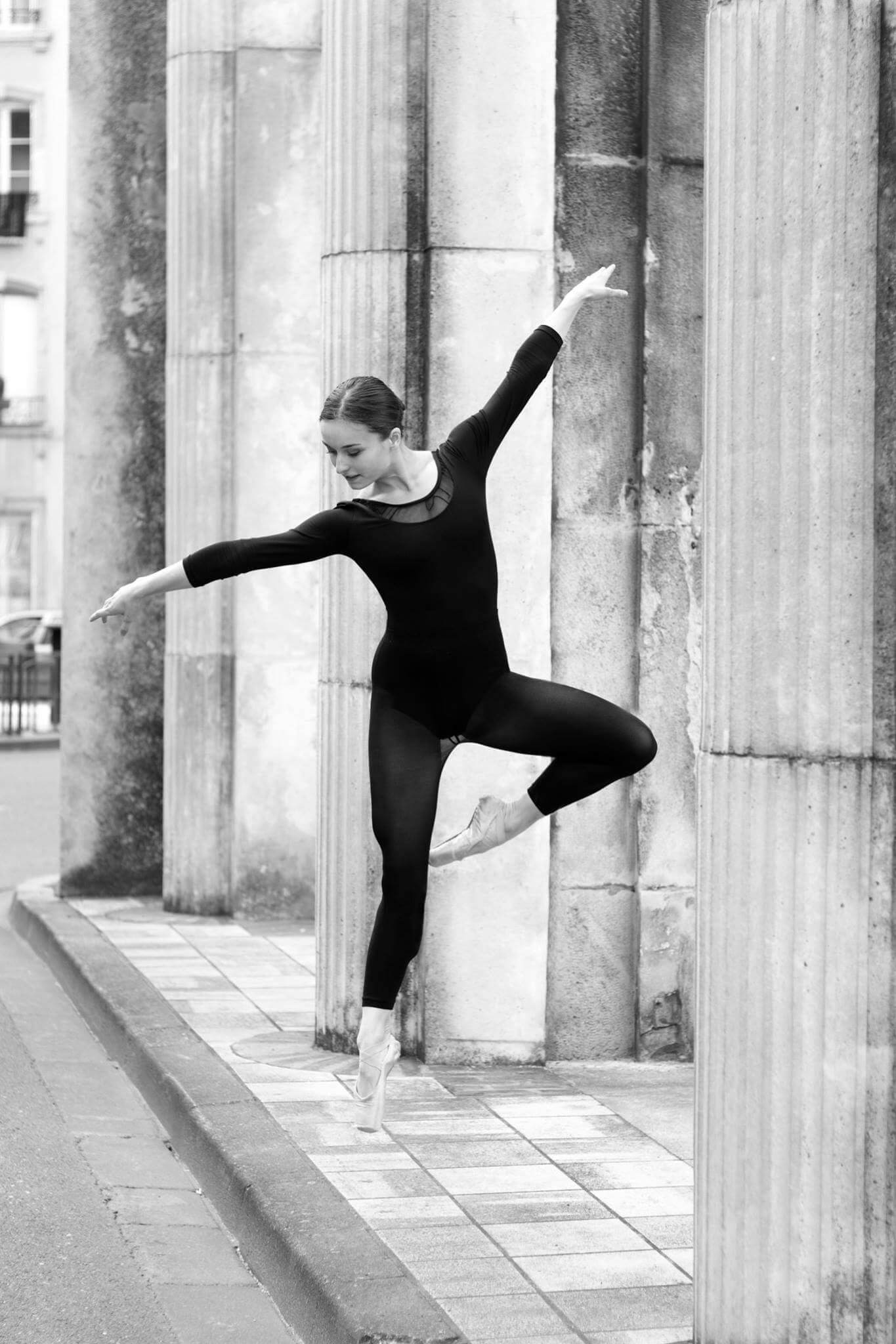 Saut danseuse classique en pointes noir et blanc